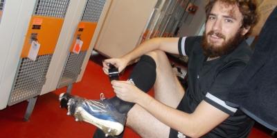 Oriol Camacho repairing his shoes
